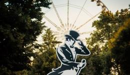 Titokzatos, 200 éves Johnnie Walker figurák tűntek fel Budapest utcáin
